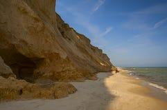 La costa costa con los altos acantilados de la arcilla Fotos de archivo libres de regalías