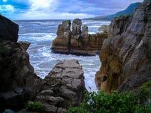 La costa costa imponente de la isla del sur, Nueva Zelanda fotografía de archivo