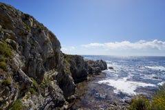 La costa costa rugosa de California que enmarca las aguas cristalinas de una ensenada Imagenes de archivo