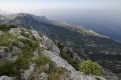 La costa dálmata del Adriático ve en el parque natural de Biokovo, Croacia Fotos de archivo