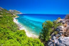 La costa costa de Cerdeña cerca de la playa de Cala Fuili localizó apenas encima de la costa de Cala Gonone, Cerdeña, Italia imagenes de archivo