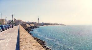 La costa de la ciudad de Cádiz en España con vistas al paseo marítimo a lo largo del mar en día soleado El marco horizontal Imagen de archivo libre de regalías
