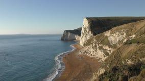 La costa de las rocas blancas por el mar almacen de metraje de vídeo