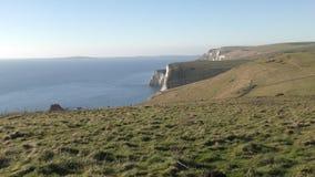 La costa de las rocas blancas por el mar almacen de video