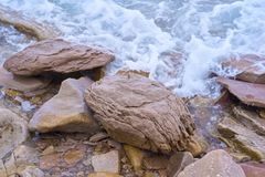 La costa de mar de la isla es Primorsky ruso Krai, la ciudad de Vladivostok, las ondas azules golpe? las piedras foto de archivo libre de regalías