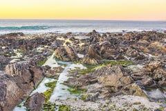 La costa de Océano Atlántico en Suráfrica Imagenes de archivo