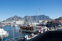 La costa de V&A en Cape Town con la montaña de la tabla en el backg Foto de archivo