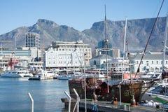 La costa de V&A en Cape Town con la montaña de la tabla en el backg Foto de archivo libre de regalías