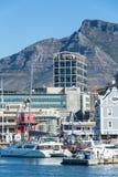 La costa de V&A en Cape Town con la montaña de la tabla en el backg Fotografía de archivo libre de regalías