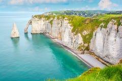 La costa del alabastro de Etretat, Normandía, Francia fotos de archivo
