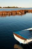 La costa del mar Báltico con un barco de madera Foto de archivo libre de regalías