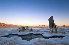 La costa del mar frío del invierno en la puesta del sol Fotografía de archivo libre de regalías