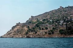 La costa del mare Belle scogliere sopra il blu la parete della fortezza, la città antica di Alanya, vista da Fotografia Stock