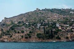 La costa del mare Belle scogliere sopra il blu la parete della fortezza, la città antica di Alanya, vista da Fotografie Stock Libere da Diritti
