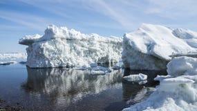 La costa del mare di Okhotsk in primavera Fotografia Stock