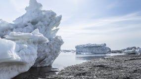 La costa del mare di Okhotsk in primavera Immagini Stock Libere da Diritti