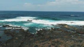 La costa del origen volcánico en un día soleado es una fotografía aérea Al norte de Tenerife, islas Canarias, España metrajes