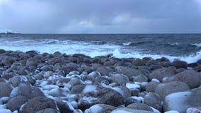 La costa di mare di Barents, sera di febbraio Teriberka Regione di Murmansk, Russia video d archivio