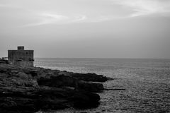 La costa di Xaghjra a Malta in bianco e nero Fotografie Stock Libere da Diritti