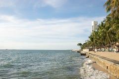 La costa ed il cielo blu fotografia stock