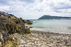La costa empiedra la playa salvaje en Irlanda Imagen de archivo