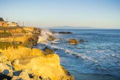 La costa costa erosionada del Océano Pacífico en una tarde soleada, Santa Cruz, California Fotos de archivo libres de regalías