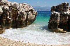 La costa Korfu excavó la playa Imágenes de archivo libres de regalías