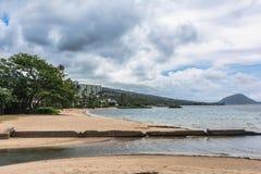 La costa a lo largo del parque de la playa de Waialae, Oahu, Hawaii foto de archivo libre de regalías