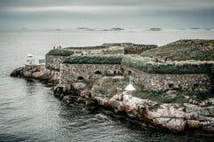La costa costa meridional de Suecia con la visión en la costa costa en la fortaleza de piedra con asegura la pared en la isla roc imagen de archivo