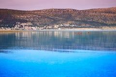 La costa montañosa de una de las islas croatas contra el cielo púrpura después de la puesta del sol fotografía de archivo