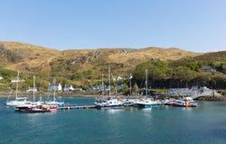 La costa ovest britannica di Mallaig Scozia degli altopiani scozzesi si avvicina all'isola di Skye di estate con cielo blu Immagine Stock