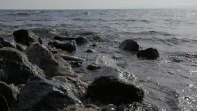 La costa pintoresca irrigaring por las ondas tempestuosas en día fresco almacen de metraje de vídeo