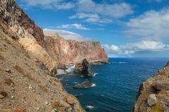 La costa ripida rocciosa dell'Oceano Atlantico nell'est di Madei Fotografia Stock