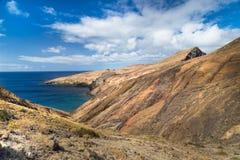 La costa rocciosa della parte orientale dell'isola del Madera ha coperto i wi Immagine Stock Libera da Diritti