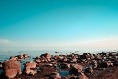 La costa rocciosa e l'acqua calma Fotografia Stock