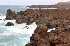 La costa rocciosa ha chiamato il Los Hervideros su Lanzarote Fotografie Stock Libere da Diritti