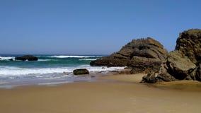 La costa rocosa de Portugal, ondas de Oc?ano Atl?ntico, playa arenosa almacen de video