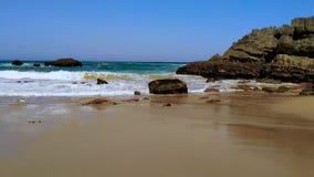 La costa rocosa de Portugal, ondas de Oc?ano Atl?ntico, playa arenosa metrajes