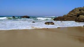 La costa rocosa de Portugal, ondas de Oc?ano Atl?ntico, playa arenosa almacen de metraje de vídeo