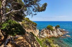 La costa rocosa del mar Mediterráneo en España Imágenes de archivo libres de regalías