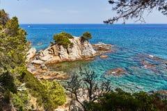La costa rocosa del mar Mediterráneo en España Imagen de archivo