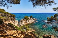 La costa rocosa del mar Mediterráneo en España Fotografía de archivo libre de regalías