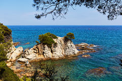 La costa rocosa del mar Mediterráneo en España Foto de archivo