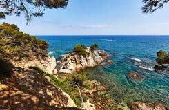 La costa rocosa del mar Mediterráneo en España Fotografía de archivo