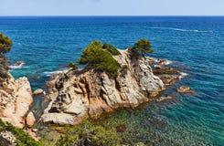 La costa rocosa del mar Mediterráneo en España Foto de archivo libre de regalías