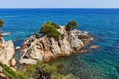 La costa rocosa del mar Mediterráneo en España Fotos de archivo