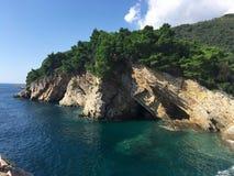 La costa rocosa del mar Mediterráneo en Petrovac, Montenegro Fotos de archivo libres de regalías