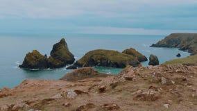La costa rocosa y pintoresca de la ensenada de Kynance en Cornualles almacen de metraje de vídeo