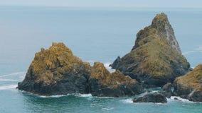 La costa rocosa y pintoresca de la ensenada de Kynance en Cornualles almacen de video
