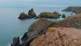 La costa rocosa y pintoresca de la ensenada de Kynance en Cornualles metrajes